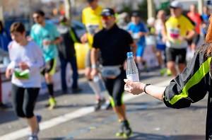 Alimentation marathon : prendrez-vous votre bouteille d'eau ? © Dollarphoto