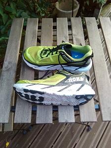 Vous pouvez voir la semelle incurvée de ces chaussures running Hoka. © Testeurs-Outdoor