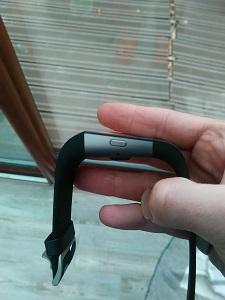 Vous pouvez voir ici l'épaisseur de la montre connectée Fitbit. © Testeurs Outdoor