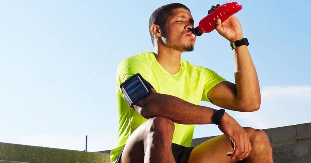 Sportif buvant la maltodextrine