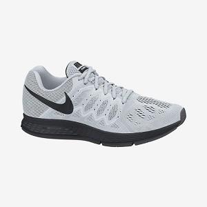 Cette chaussure Nike Pegasus 31 sous sa robe blanche. © Nike
