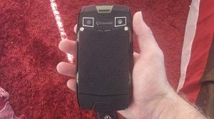 La coque arrière de ce smartphone étanche est très solide ! © Testeurs Outdoor