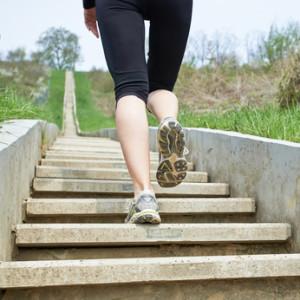 Faire des montées et des descentes d'escaliers est un bon moyen de se muscler les cuisses naturellement... © dejangasparin - Fotolia.com