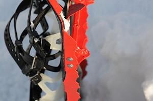 Les crampons de ces raquettes MSR sont imposants. © Testeurs-Outdoor