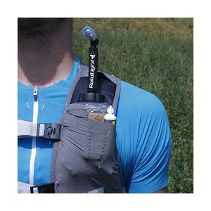 Vous pouvez vous faire une idée des rangements possible sur cette bretelle du sac de trail. © Raidlight
