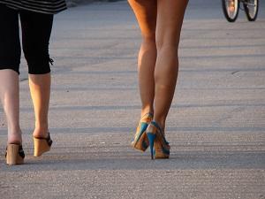 Attention aux chaussures à talon haut pour vos jambes lourdes. © Pixabay