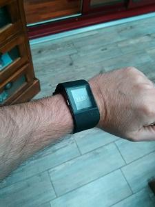 La montre Fitbit Surge est à la fois discrète et élégante à votre poignet. © Testeurs Outdoor