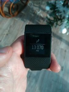 """Avec le menu """" horloge """" de cette montre Fitbit Surge, vous pourrez connaitre le nombre de pas quotidiens. © Testeurs Outdoor"""