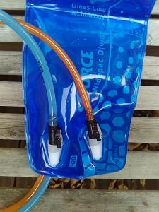 Test poche à eau Source : les tuyaux peuvent facilement s'enlever ou se remettre d'un simple clic. © Testeurs Outdoor