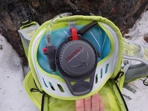 Vous pouvez voir ici le rangement de la poche à eau dans ce sac a dos Osprey. © Testeurs-Outdoor